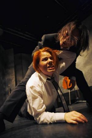 Möte mellan män. Ulrika Ellemark och  Eleanora DeLoughery Nordin i en laddad scen. Foto: Per Eriksson