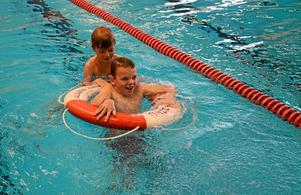 Livräddar. Sebastian Förster från Åmmebergs skola och Fabian Hjaerbo från Snavlunda skola övar på livräddning tillsammans.