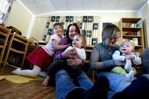 Närhet, ömhet och musik på öppna förskolan i Latorp. Från vänster: Hilda, Arvid och Maria Ahlstrand, Karolina och Felicia Ericson.