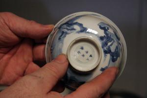 Ett antal skålar i porslin från 1600-talet ropades ut under söndagens auktion. Skålen på bild är från Mindynastinen i Kina. Den är värderad till 3700 kronor och såldes för någon hundralapp.