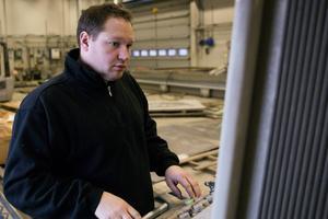 Marcus Hammarstedt vid sin vattenskärningsmaskin. Vatten i 4000 bar kan skära upp till 20 centimeter tjockt stål.