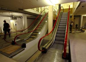 Första rulltrappan i stan. Än så länge är det bara byggjobbare som använder rulltrappan, den stora invigningen blir senare i sommar då de nya butikerna öppnar i gallerian.