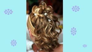Lockig look:1. Tvätta håret, kamma igenom det.2. Krama i någon vårdande leave-in produkt och låt håret lufttorka eller föna det med tratt för att få upp lockarna. Eller om du har ett rakt hår - sätt i en hård gelé bit för bit och locka det med locktång.3. Krama i en glansprodukt exempelvis glanswax som håller ihop lockarna och samlar dem.4. Sätt upp håret lite lösare i en tofs med en snodd mitt bak på huvudet och fäst upp den hängande tofsen i slingor med små klämmor så det blir som ett litet