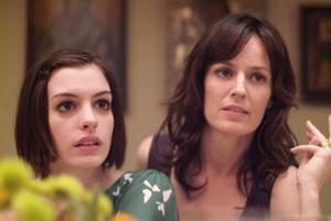 "Anne Hathaway (t v) är lysande som drogmissbrukare på permis i ""Rachel Getting Married"". Foto: Sony Pictures"