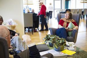 En gång i månaden träffar bovärden Anne-Marie Mickelsson hyresgästerna för att diskutera önskemål och besluta om vissa punkter.