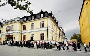 Kön utanför Gamla Teatern började växa redan vid femtiden på eftermiddagen när Startskott anordnade artistgala för kulturen.