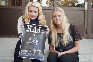 Emelie Kareliusson och Elin Ferm från Stenhamreskolan fick göra ett riktigt jobb åt ett band första dagen på sin praktik.