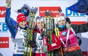 Palltrion i damernas sprint. Veronika Vitkova, Tjeckien, Tiril Eckhoff, Norge och Kaisa Mäkäräinen, Finland.