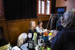 Sara Thörnlund och Ylva Eriksson sålde både kläder och prylar på loppis på Gamla tingshuset.