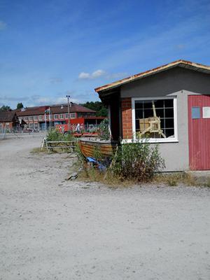 Tog bilden vid värmekraftverkets hamn.Undra vad som började byggas först...båten eller huset ?