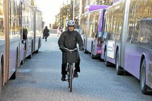 Storgatan 1. NA-läsare tycker att det är farligt att cykla på Storgatan vid Storbron. Bilden är tagen torsdag 5 mars klockan 07.45. Foto: Anders Erkman