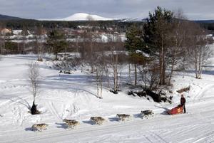 Städjan. Birgitta Sandin passerar Idresjön med Städjan i bakgrunden.