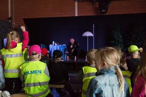 Många av barnen vill ställa frågor eller berätta om något för insatsledaren Pär Mossnelid.