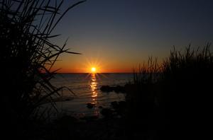 Solens sista strålar bildar en bro av guld över havet