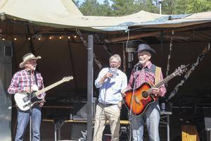 Ingemar Bergkvist, Mats Hanold och Karl-Gunnar Karlsson vid mikrofonerna.