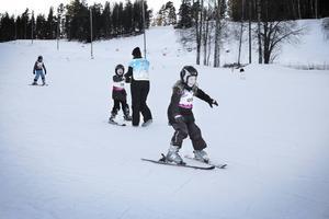 Det behövdes inte många försök förrän barnen som aldrig tidigare stått på ett par skidor åkte själva nedför backen.