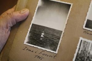 Irma Larsson, 3 år, i Furuvik. Långt bortom horisonten ligger hemlandet som hon lämnade några år tidigare.