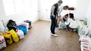 Ständig ström. I FK Bosnas lokaler samlas hjälp till Bosnien. Baisa Krupic tar emot mat och hygienprodukter från Gordan och Emira och Sead Arnautovic.