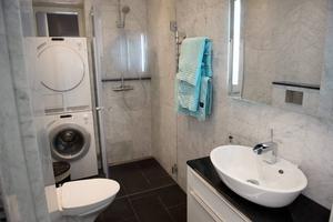 Gör så få hål i badrummets ytskikt som möjligt. Använd hellre dubbelhäftande tejp för att sätta fast toapappershållare och handdukshängare.   Foto: Fredrik Sandberg/TT