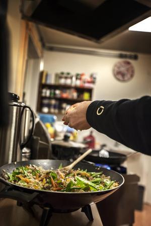 På dagens meny står kaprisbiff med matvetesallad och morotssoppa.