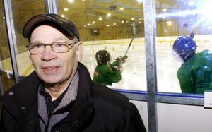 –Alla som kunnat har ställt upp och hjälpt till för bygdens skull, säger Karl-Gerhard Karlsson. Han är en av många pensionärer som gjort åtskilliga 40-timmarsveckor under året i Fellingsbro ishall.