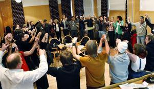 SSU-ungdomarna avslutade distriktskonferensen med att sjunga Internationalen.