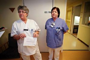 """Ing-Marie Kempe Ifrén och Sölvie Olsson arbetar som undersköterskor på kvinnoavdelningen på sjukhuset. """"Det är stora besparingar på kvinnor och barn"""", konstaterar de."""