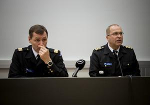 Marinens stabschef , konteramiral Juha Vauhkonen (vänster)  operationschefen Olavi Jantunen på en presskonferens i Åbo 2015 efter att den finländska marinen satt in varningsbomber.