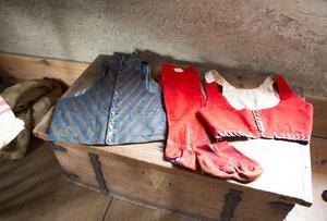 De här gamla dräkterna – som bland annat använts till bröllop – är bland de äldsta bevarade plaggen på gården.