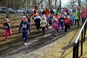 Färdiga, gå. Det var trångt på startlinjen när det var dags för flickor födda 2006 och 2007 att springa vårens första terränglöpning.