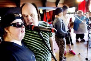 Musik mår man bra av. Gruppen Mickezz öppnade avslutningsfesten med dansbandslåten