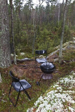 Någon har inrett ett rum i skogen.