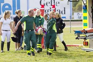Madeleine Schantz, tävlande för Örebro FRK kraschade svårt med hästen Frisholts Claudius på det sjätte hindret i 120cm hoppningen. Sjuksköterskorna Carina Fröberg och Camilla Männikkö var snabbt fram på plats och gav Madeleine första hjälpen i väntan på ambulanssjukvården.