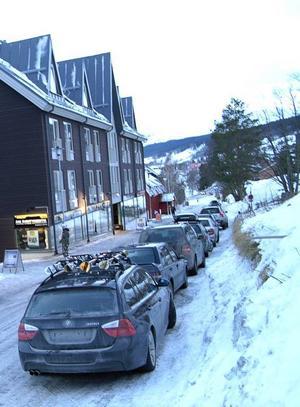 Med det nya bygget fortsätter förtätningen längs Årevägen. Huset ersätter det lilla röda hus som skymtar mitt i bilden, nedanför Dähliehuset 2 till vänster. Foto: Elisabet Rydell-Janson