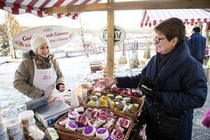 Monica Söderholm köper ost från Åsbergets gårdsmejeri. Sofia Olander hoppas på en nöjd kund.