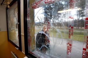 – Det här är inte acceptabelt, säger Nina Larsson om att förskolan fått rutor krossade tre gånger den senaste månaden.