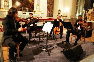 Eddie Venegas, violin, Joe Deninzon, violin, Leo Grinhauz, viola och Wayne Smith, cello. Leo Grinhauz fick hoppa in när medlemmen Orlando Wells hastigt blev sjuk.