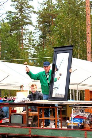 Här auktionerar Malte ut en spegel till högstbjudande.