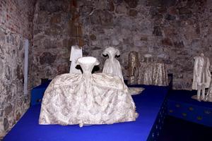 Vidd i kjolen. Den bredaste av bröllopsklänningarna i sommarens utställning på Livrustkammaren är 190 cm och tillhörde Sofia Magdalena, Gustaf III:s drottning.