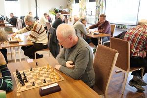 Hjärngympa. Hans Malmström funderar på sitt nästa drag under schackdagen för seniorer.