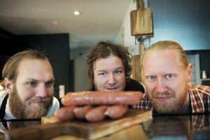 Kockarna Kalle Tjernberg (längst till vänster) och Fredrik Eriksson (mitten) är dem som ska skapa korvmagi i Jonas Hamlund (till höger) regi.