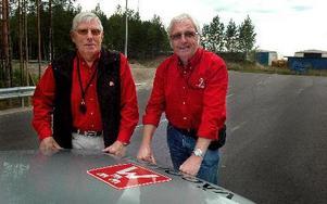 Lennart Kjellin och Bo Larsson reser runt i länet som  Motormännens vägombud och har koll på skyltar, rastplatser andra saker som rör trafiken.FOTO: MIKAEL ERIKSSON