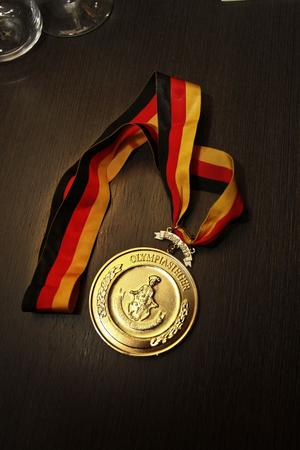 Guldmedaljen är stor och bandet går i Tysklands färger – eller Jens favoritlag Brynäs.