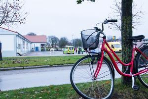 En, kvinna på cykel blev påkörd av en postbil vid Nibblebacksvägen vid Lidl i Köping
