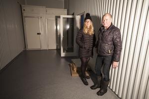Agnes Jörgensen och Anders Jörgensen visar upp packrummet i det nya slakteriet.