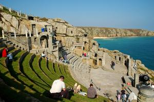 På Minack Theatre i Cornwall kan man njuta av Shakespeare under bar himmel.