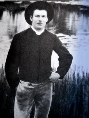 Bäck Daniel Danielsson föddes i Smedby 1883 och dog 1946. Han beskrivs i boken Smedby - en av Leksands många byar - där bilden är hämtad - som