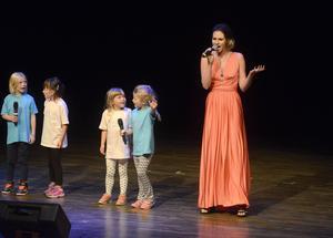 Evelina Bergqvist fick hjälp med sången av barndansgruppen Showkidz.