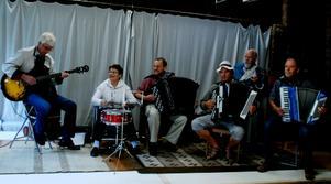 Under tak spelar Ove Friberg, Viviannde Nordmark, Dick Malm, Arne Nyberg, Lars Lindström och Göran Jäderlund. Foto: Lina Svalbro