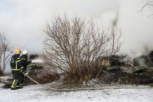 När vattnet träffade de glödande och heta brandresterna steg röken åter tjock mot himlen.